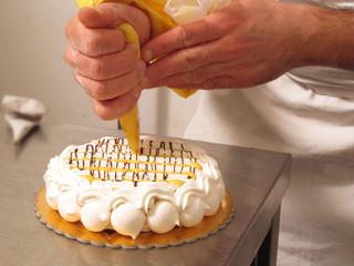 Manos preparando un pastel de vainilla.cocinando.