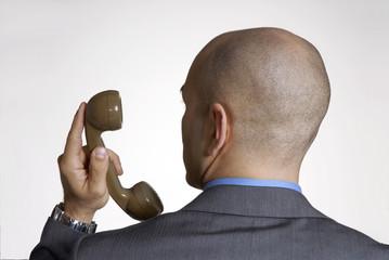 Dudoso ejecutivo al teléfono.
