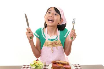 食事を前に大喜びの女の子