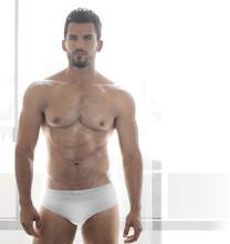 Sexy mężczyzna mięśni model w białej bieliźnie