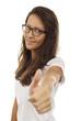 Hübsche Frau mit Brille hält Daumen nach oben