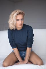 femme blondeur genoux