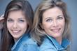 mère et fille jeans sourire