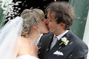 Sposi,il bacio e lancio del riso