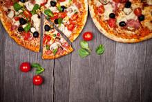 Köstliche italienische Pizza serviert auf Holztisch