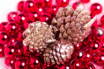 Adornos navidad bolas rojas piña
