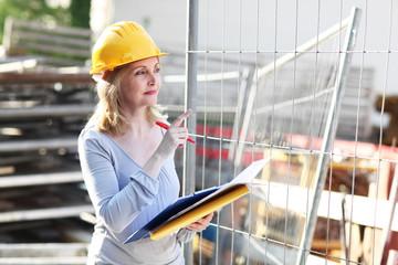 Bauleiterin kontrolliert ihre Baustelle