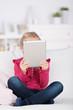 mädchen liest ein ebook