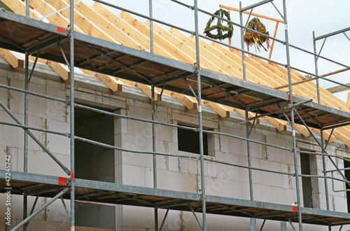 Richtkränze auf Dachstuhl