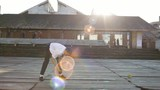 Homme dansant en pleine rue