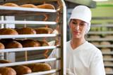 Bäckerin beim Brot backen
