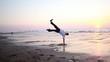 Homme dansant sur la plage