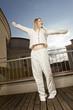 Junge Frau im Pyjama startet entspannt in den Tag