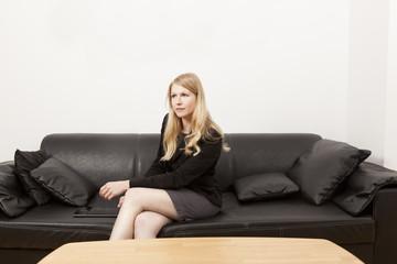 Geschäftsfrau auf Couch mit Tablet PC