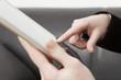 Weiblicher Zeigefinger berührt Display eines Tablet PC´s