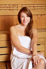 Brünette Frau in Sauna