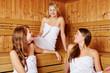 Drei Frauen miteinander in der Sauna