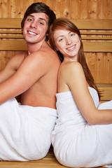 Junges Paar in einer Sauna