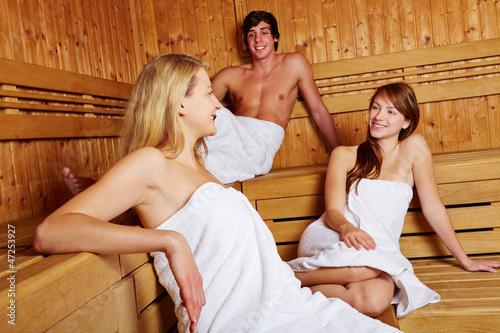 Mann und Frauen in gemischter Sauna