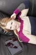 Frau auf Couch mit Zugang zur Welt durch Tablet PC