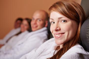 Entspannte Frau lacht im Ruheraum