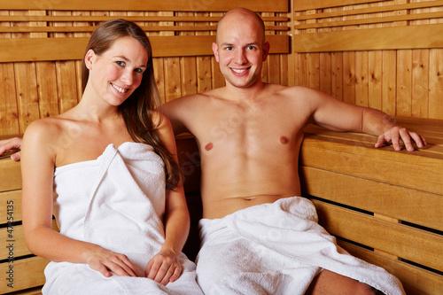 Paar lächelt in Sauna