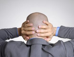 Vista trasera de un ejecutivo preocupado, hombre atormentado.