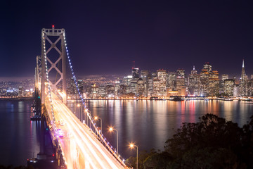 Panorama di San Francisco e Bay Bridge di notte