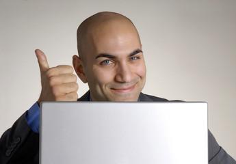 Exitoso joven ejecutivo trabajando en un ordenador,computadora