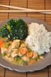 Gedämpftes Hühnerfleisch mit Brokkoli und Reis