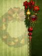 Zielone tło z bombkami i świątecznymi ozdobami