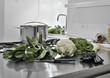ortaggi sul piano di acciaio della cucina
