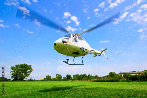Hubschrauber Start vor blauem Himmel - 47278153