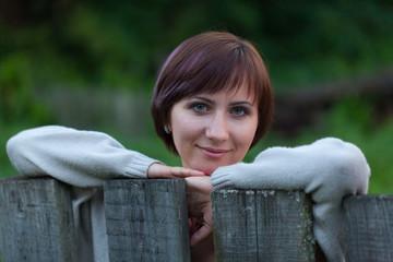 Портрет девушки у забора в вечерних сумерках
