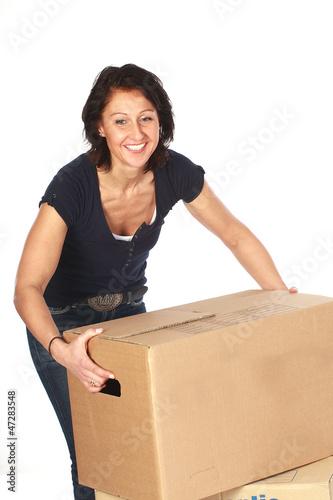 Frau lachend mit Umzugskartons