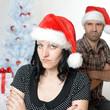 Schmollendes Paar unterm Weihnachtsbaum