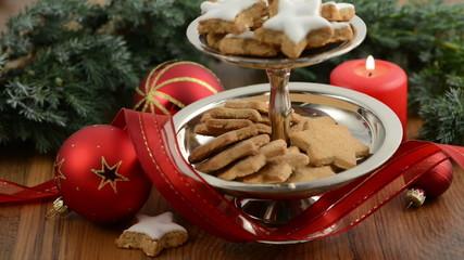 Weihnachten. Kerze angezünden. Kuchenständer mit Zimtsterne