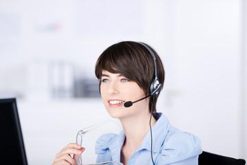 frau im büro telefoniert mit headset