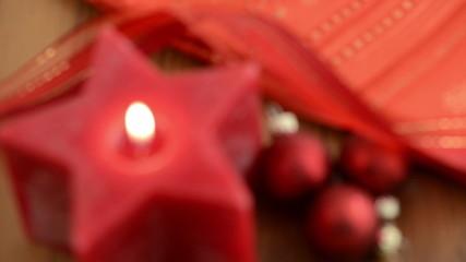 Sternförmige Kerze wird angezündet. Schärfeverlagerung