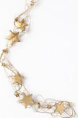 Goldene Deko-Weihnachtssterne vor weissem Hintergrund