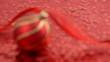 Weihnachtsbaumkugel auf Rotem Hintergrund. Schärfeverlagerung
