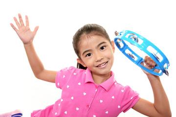 楽器を持ち微笑む女の子