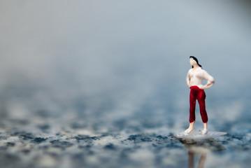 大理石の上に立つ女性