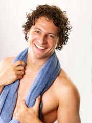 Hombre joven en ducha,spa.