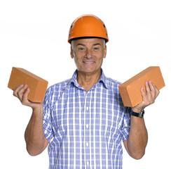Señor ingeniero sujetando dos ladrillos,construcción.