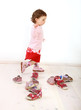 Kleinkind probiert eine Paar Schuhe
