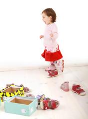 Ein Mädchen probiert ein Paar Schuhe