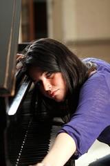 ritratto triste di bella pianista