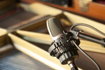 Micrófono y piano 2