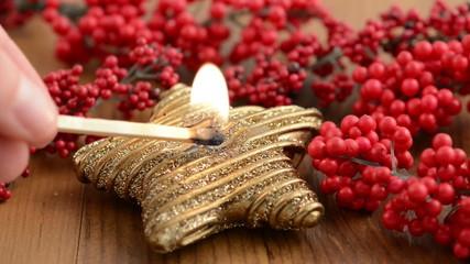 Weihnachten. Anzünden einer Kerze.